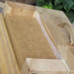 Tvärsnitt av massivträvägg med isolerskiva av cellulosa och utvändig träpanel.