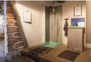 Naturligt badrum från utställning på Nynäs Slott, av Kjell Taawo och Johannes Riesterer m fl. Lerputsade timmerväggar med väggvärme och äggoljetempera på utsatta delar. Samt äggoljetemperamålat, linoljat lergolv med golvvärme. Glasskivorna är satta i lerbruk och utgör tillsammans med duschkaret duschhörnan.
